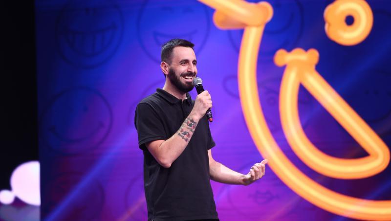 Petre Dănuț Irinel pe scena iUmor, imbracat in negru
