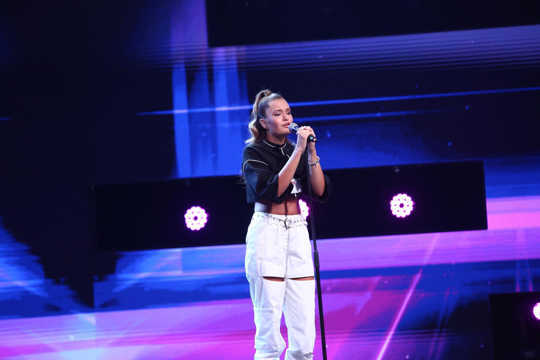 """X Factor 2020. Andrada Făină a zguduit scena X Factor cu vocea ei suavă. """"Te-ai simți mai bine într-un grup"""""""