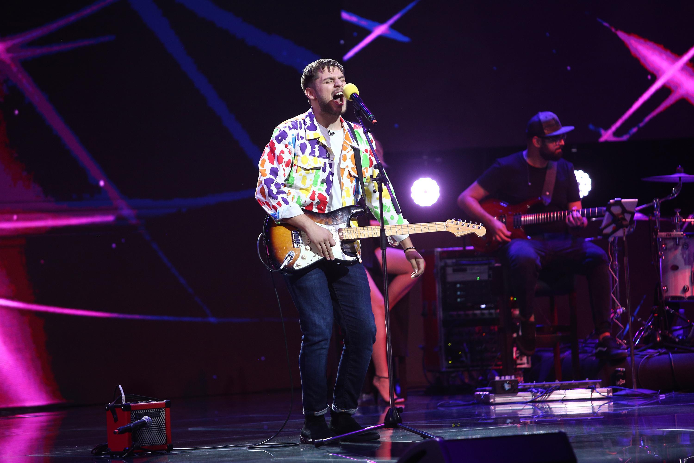 X Factor 2020. Adrian Petrache a intrat pe scenă cu chitara spartă, dar a reușit să aibă o prestație demnă de Bootcamp