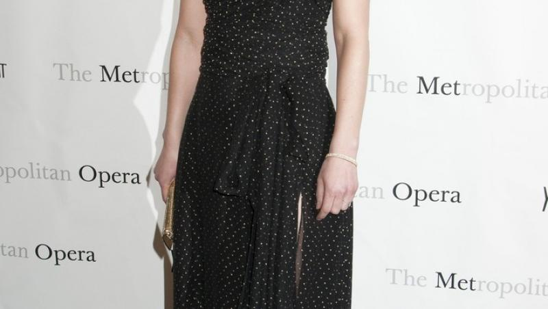 Claire Danes îmbrăcată într-o rochie neagră, elegantă
