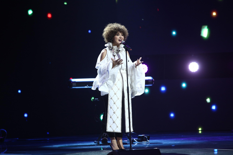 """X Factor 2020, Semifinală. Alina Dincă, semifinalista Deliei, a zguduit scena cu piesa """"The winner takes it all"""""""