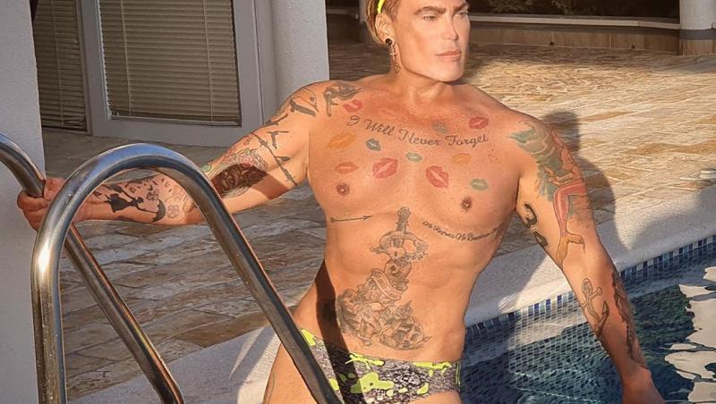 Neven Ciganovic, barbatul ken, la piscina in timp ce pozeaza lasciv