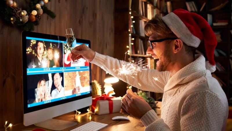 Tânăr, sărbătorind anul nou la distanță de cei dragi, dar văzându-i pe Internet.