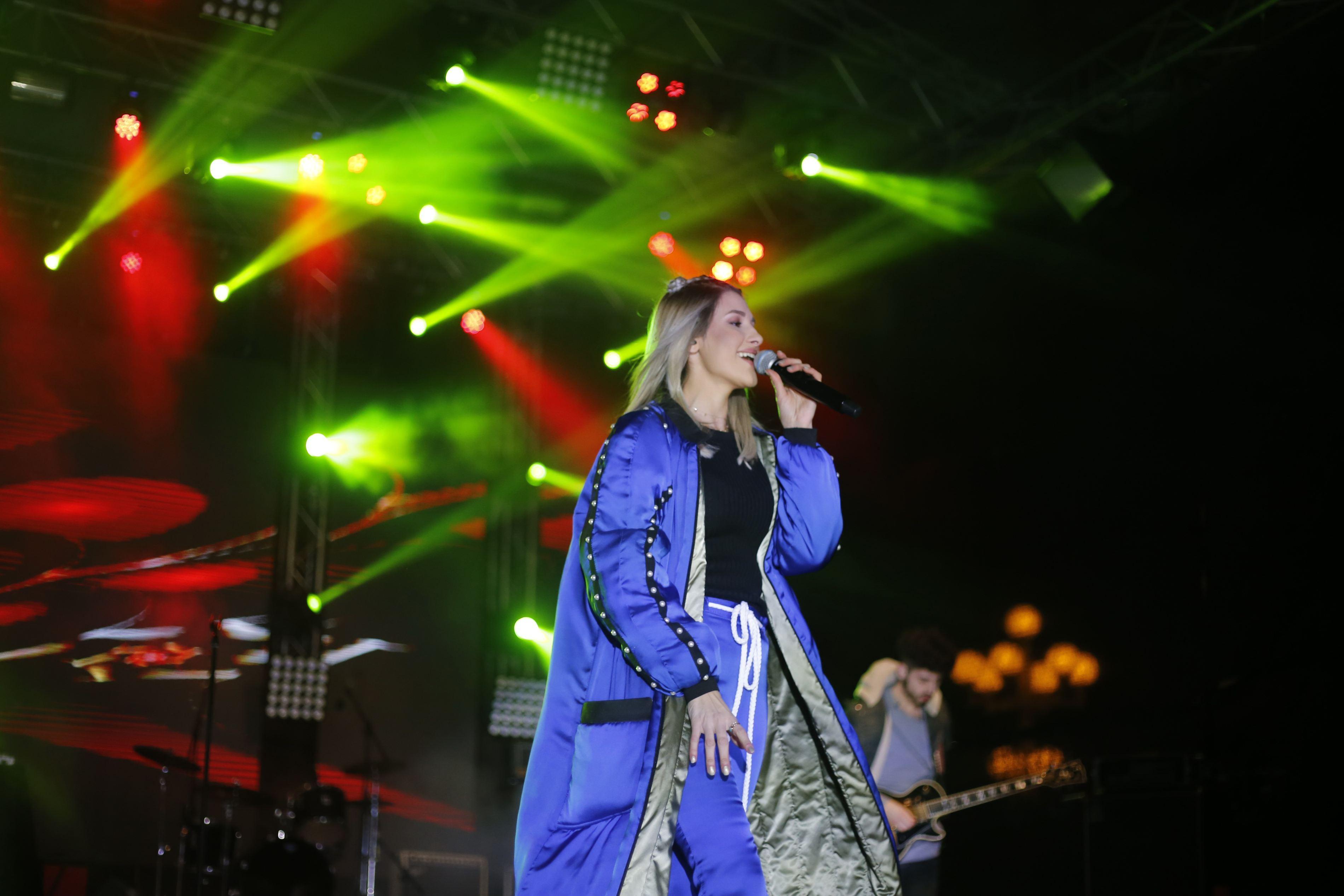 Alina Eremia, susținând un concert la deschiderea Targului de Craciun din Timisoara, în 2017