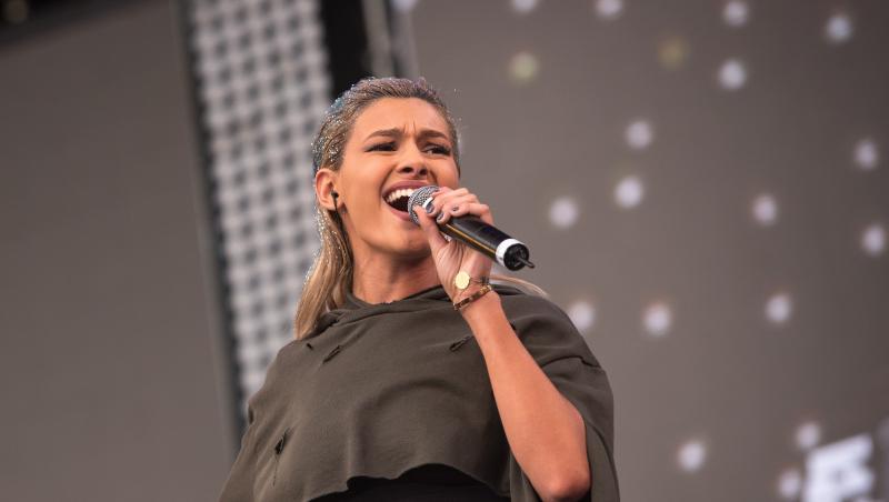 """Alina Eremia a susținut un concert în Piata Constitutiei din București,la  """"Forza Zu"""", în mai 2016"""