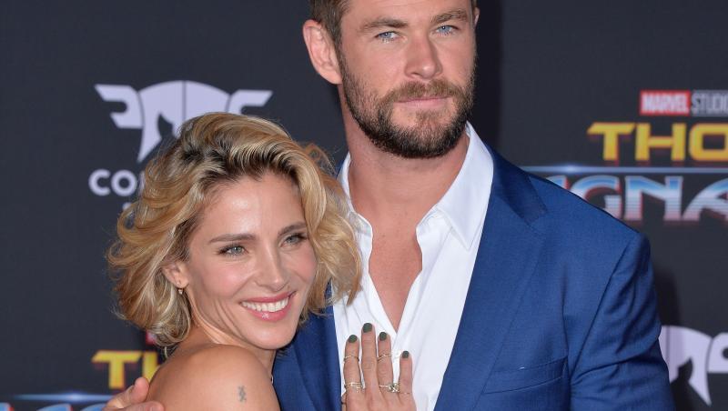 Elsa Pataky și Chris Hemsworth pe covorul roșu, el îmbracat într-un costum albastru, iar ea într-o rochie neagră