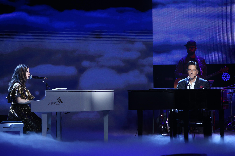 Andrada Precup, cântând la pian împreună cu Ștefan Bănică