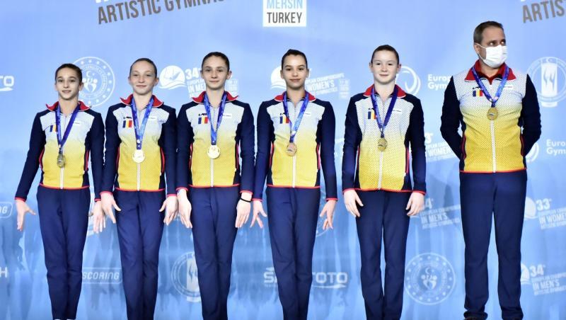 Junioarele românce, alături de antrenor, pe podiumul Campionatului European