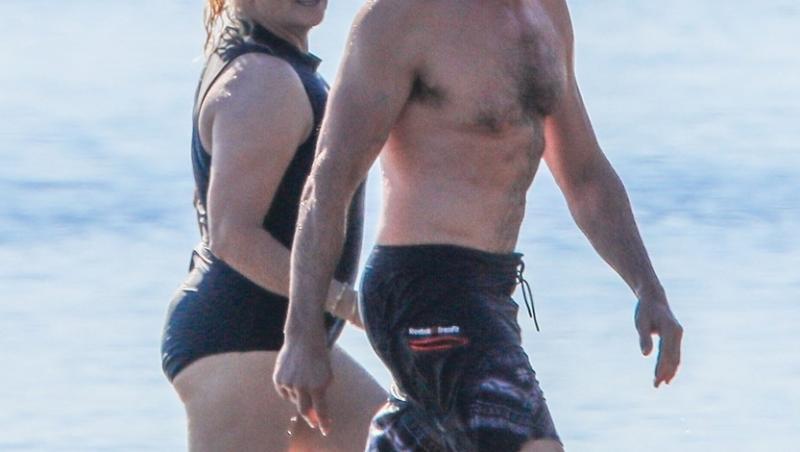 Hugh Jackman, surprins la plajă alături de soția lui, cu 13 ani mai în vârstă