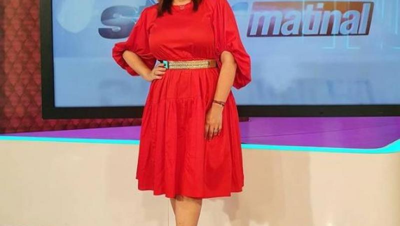 Oana Roman, purtând o rochie roșie la Antena Stars
