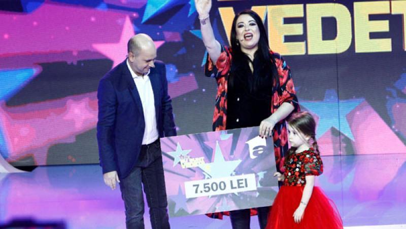 Oana Roman, câștigând premiul emisiunii Aici eu sunt vedeta, cu fetița ei Isabela