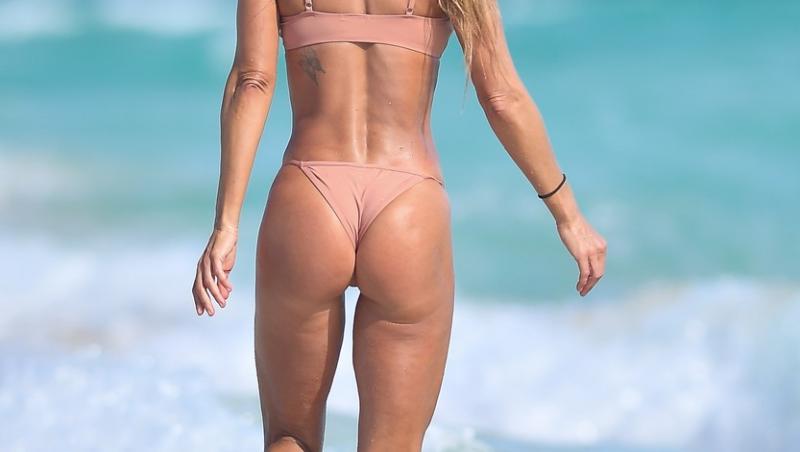 Jennifer Nicole Lee, pozată de paparazzi din toate unghiurile la plajă