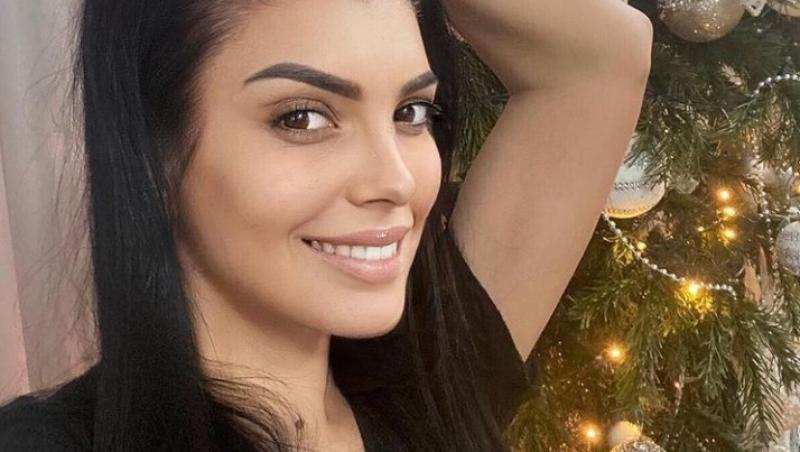 Andreea Tonciu, selfie lângă bradul de Crăciun, în 2020