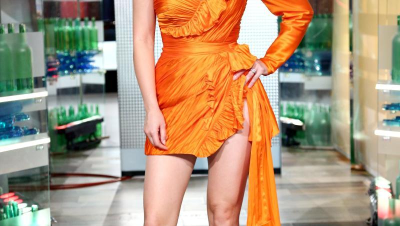 Gina Pistol, într-o rochie portocalie, la Chefi la cuțite