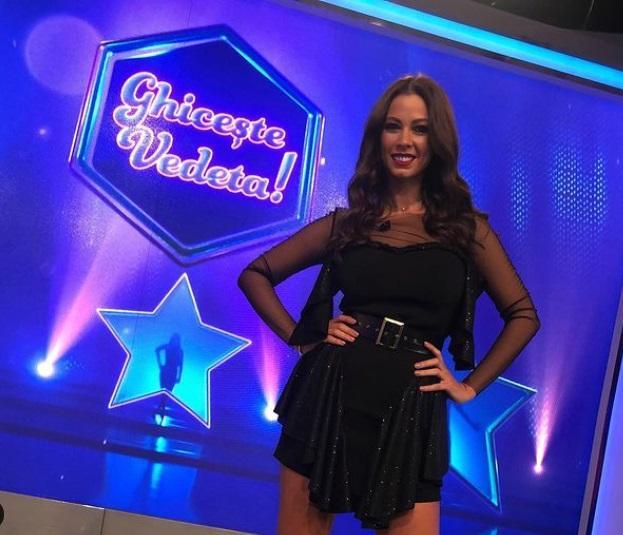 """Iuliana Luciu, pozată într-o rochie scurtă, de culoare neagră, în platoul emisiunii """"Ghicește vedeta"""" de la Antena Stars"""