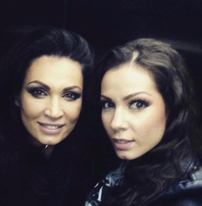 Nicoleta și Iuliana Luciu și-au făcut un selfie pe fundal negru