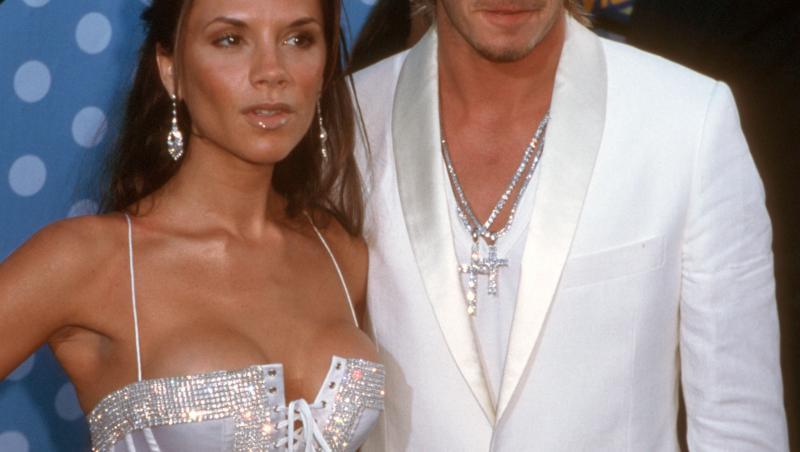 David si Victoria Beckham pe covorul rosu, imbracati in alb