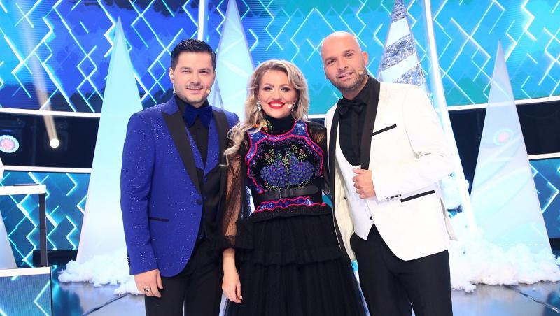 Mirela Vaida, îmbrăcată într-o rochie neagră din dantelă, cu aplicații strălucitoare, alături de Liviu și Andrei