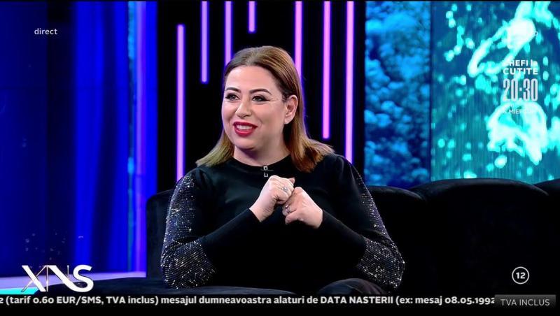 Oana Roman, într-o bluză neagră, la emisiunea Xtra Night Show, de la Antena 1