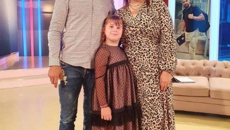 Oana Roman, într-o rochie cu model animal print, alături de Isabela și de Marius Elisei