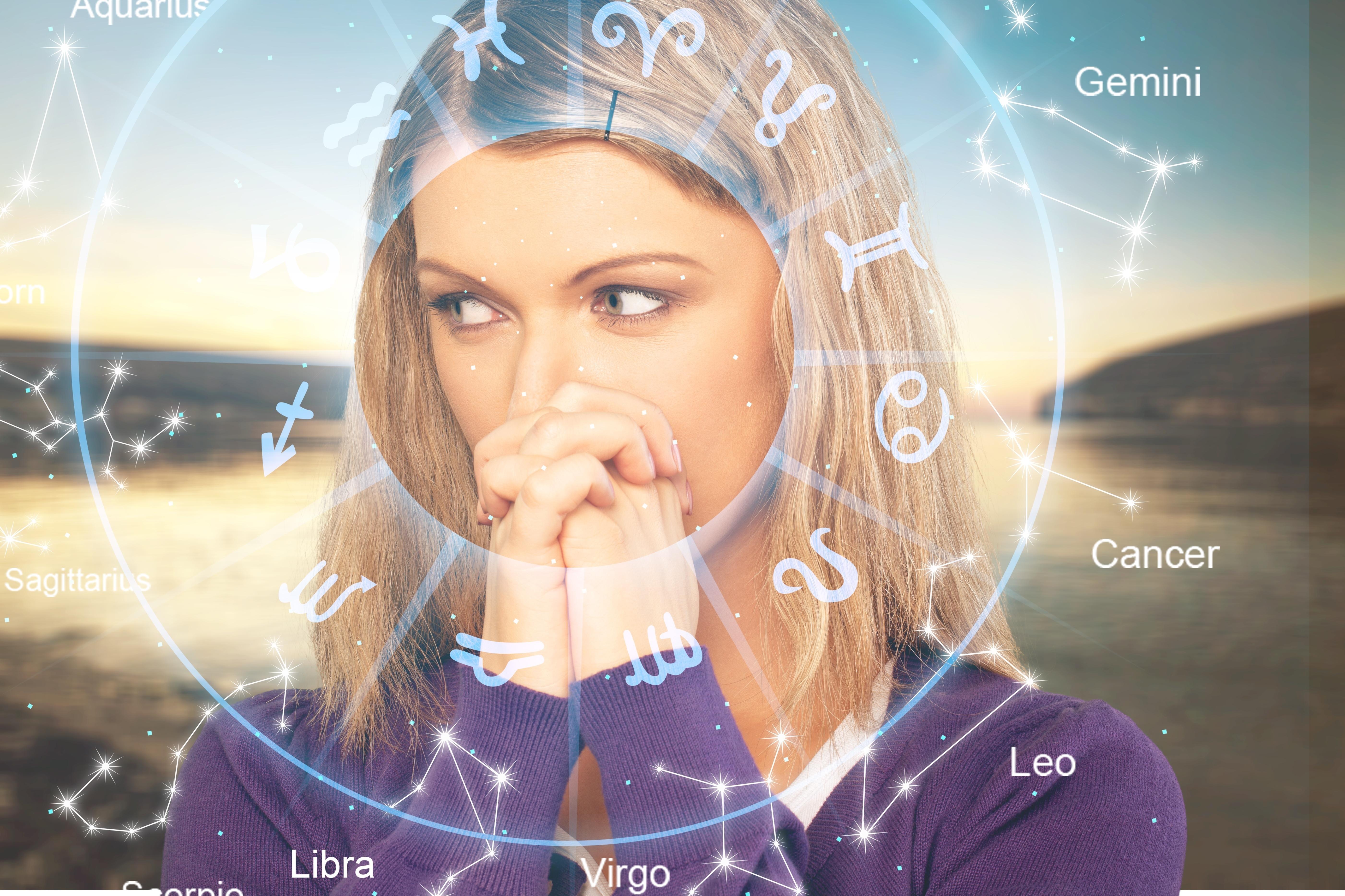 Imagine ilustrativă cu zodiile din horoscop și chipul unei femei