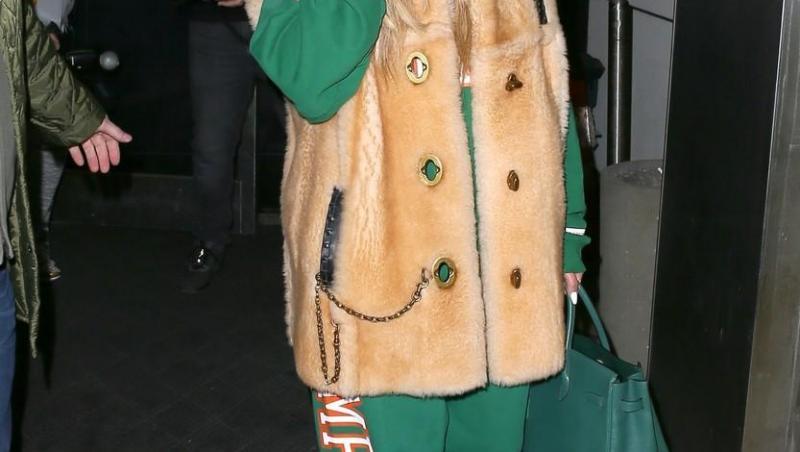 Jennifer Lopez cu mască de protecție cu steluțe auriii și ochelari de soare