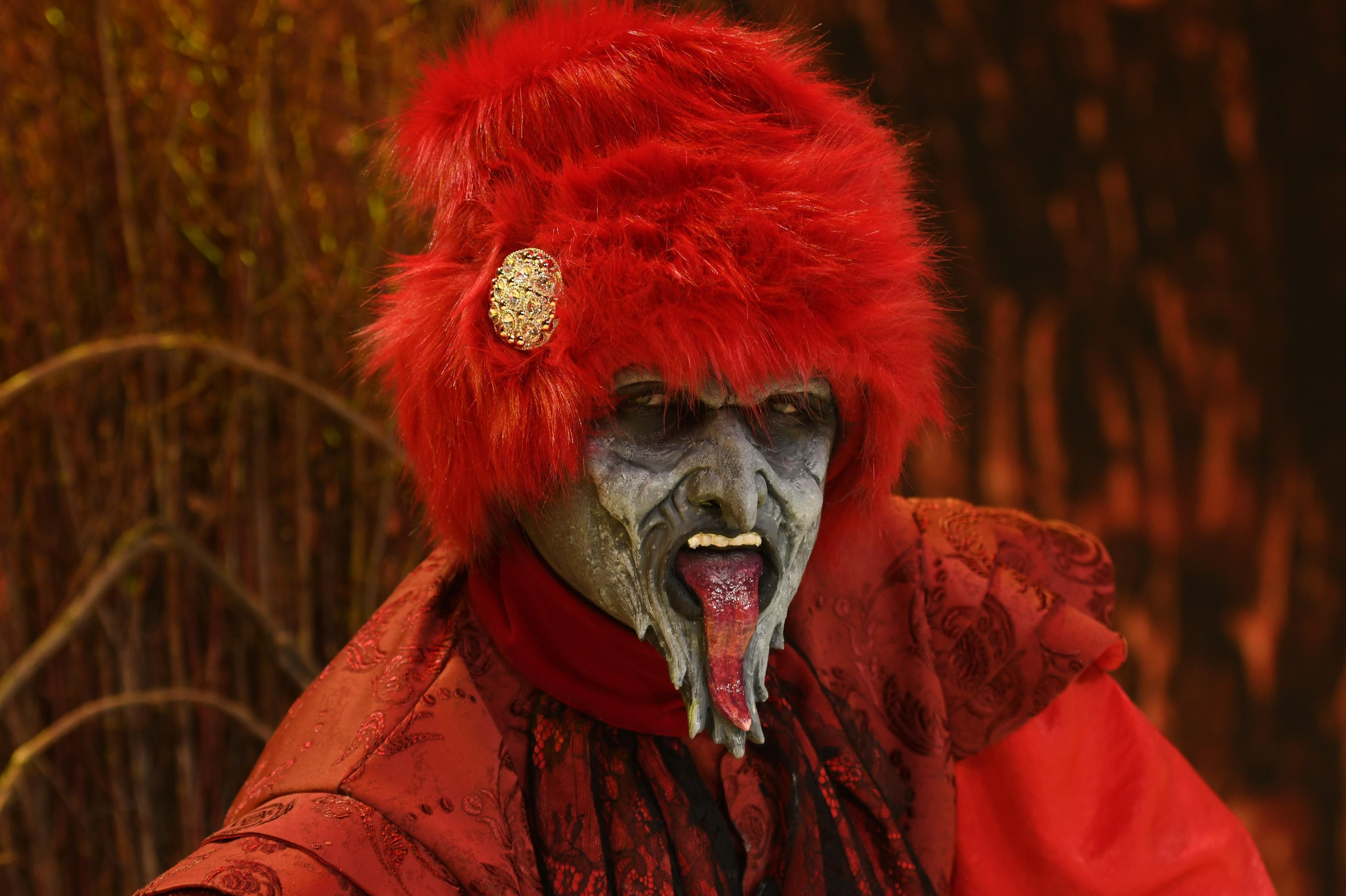 Masca Diavolul, intruchipat de Cornel Ilie, pe scena Revelionului Starurilor 2021 cu Dan Negru