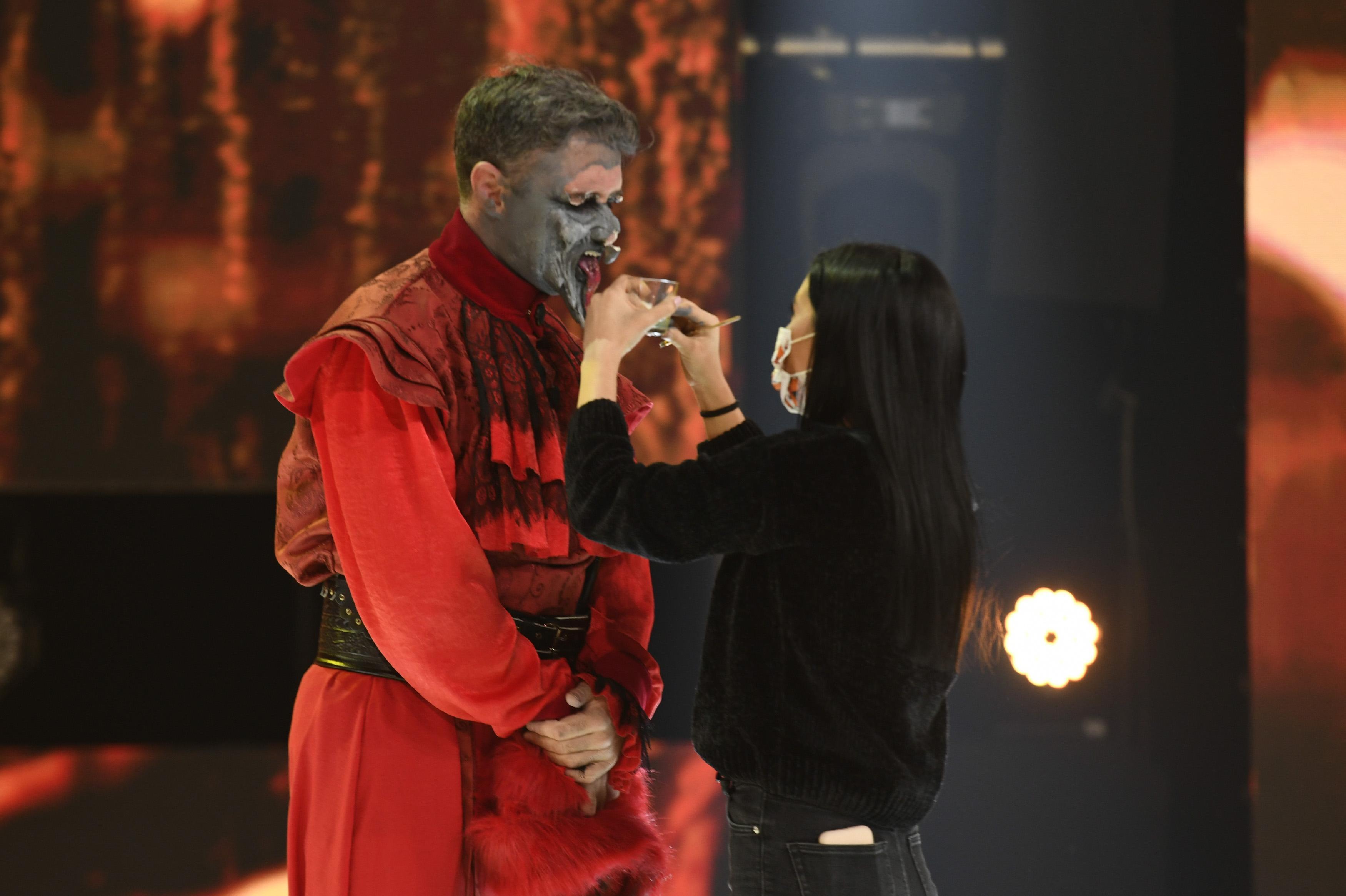 Cornel Ilie, pe scena Revelion 2021 la Antena 1, in timp ce da jos masca diavolului