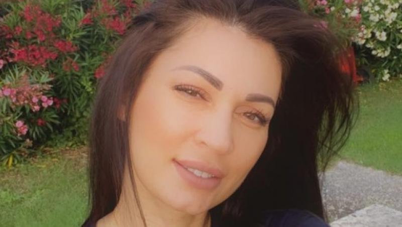 Nicoleta Luciu cu părul în vânt, îmbrăcată într-un tricou albastru închis