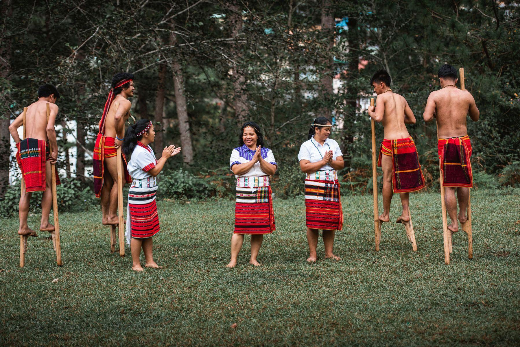 """Concurenții Asia Express, sezonul 3, ajung în triburile Igorot. """"Când i-am văzut pe băieții cu oasele la gât..."""""""