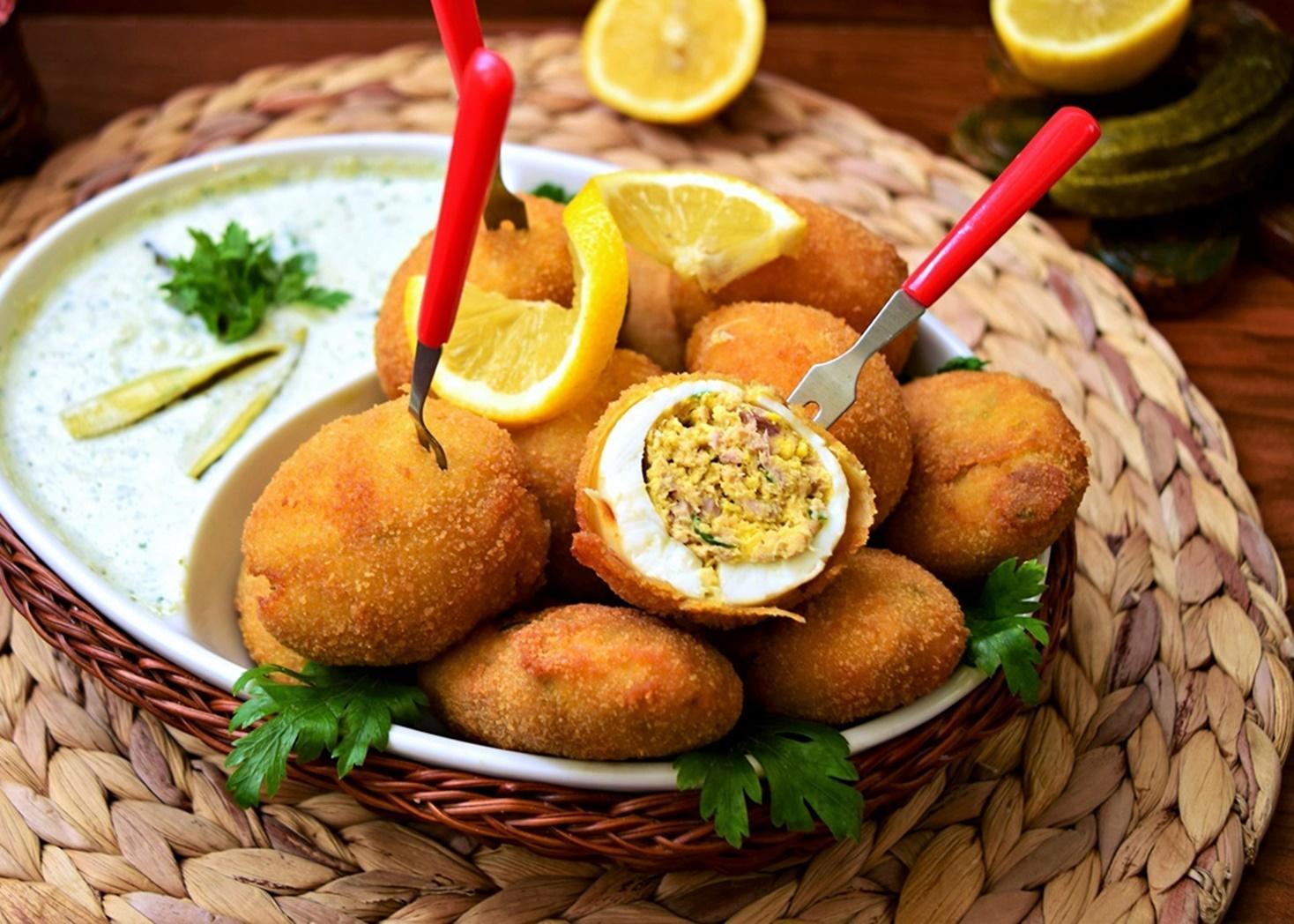 Rețetă de Ouă pane cu sos de iaurt și castraveți murați