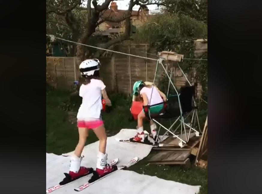 Plictisit în izolare, un tată a construit fiicelor o pârtie cu telescaun, chiar în curtea casei