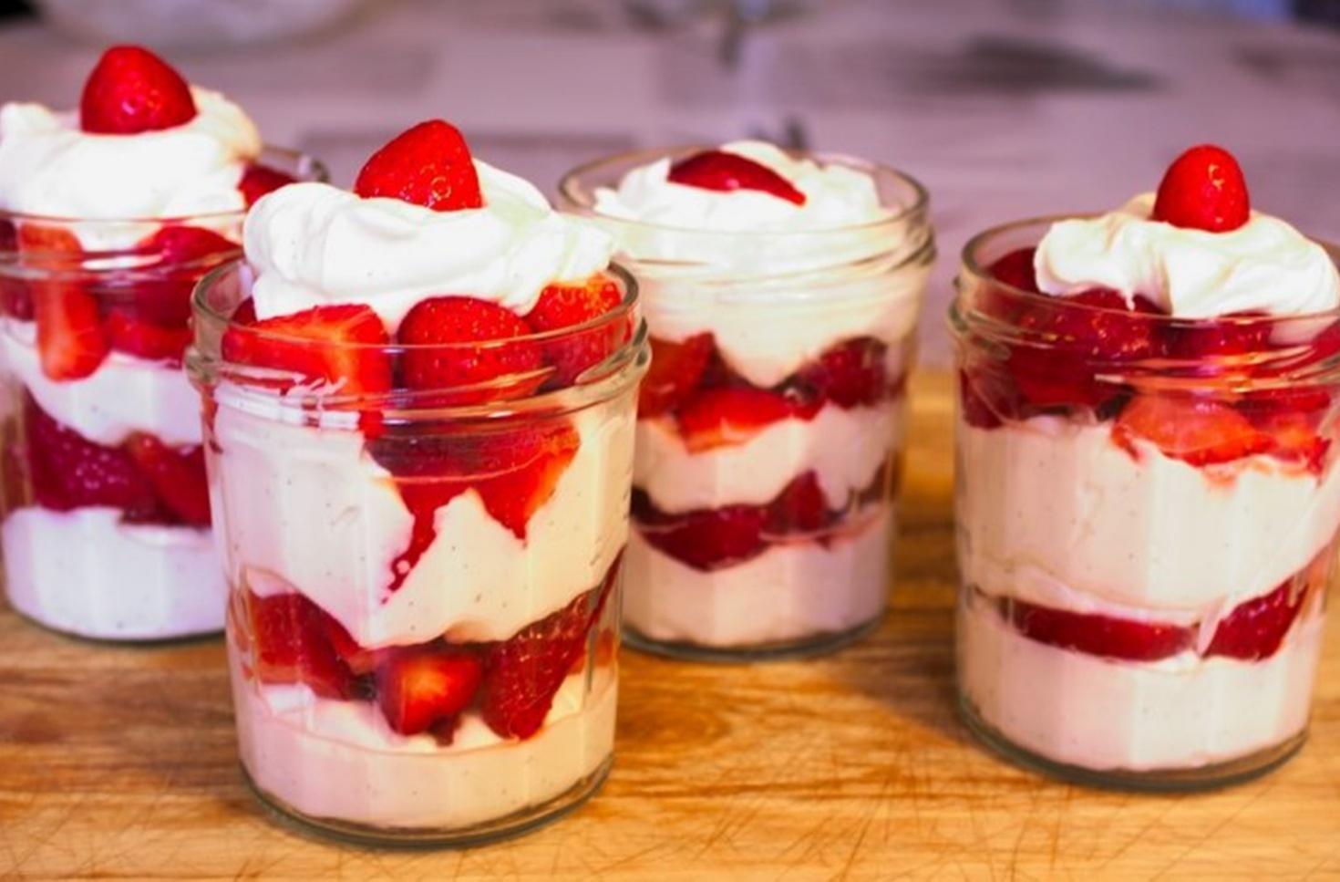 Cum poți pregăti cel mai simplu și rapid desert la pahar cu căpșuni