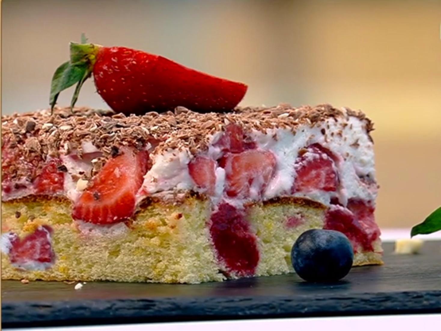 Desert de sezon cu căpșuni. Rețetă de prăjitură cu multe căpșuni, frișcă și ciocolată