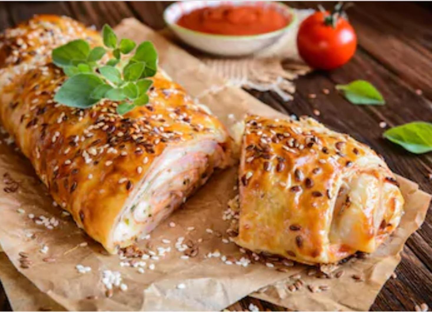 Din categoria rețetelor cu ce mai găsim prin frigider, o Rețetă de Ruladă aperitiv cu șuncă presată și brânzeturi