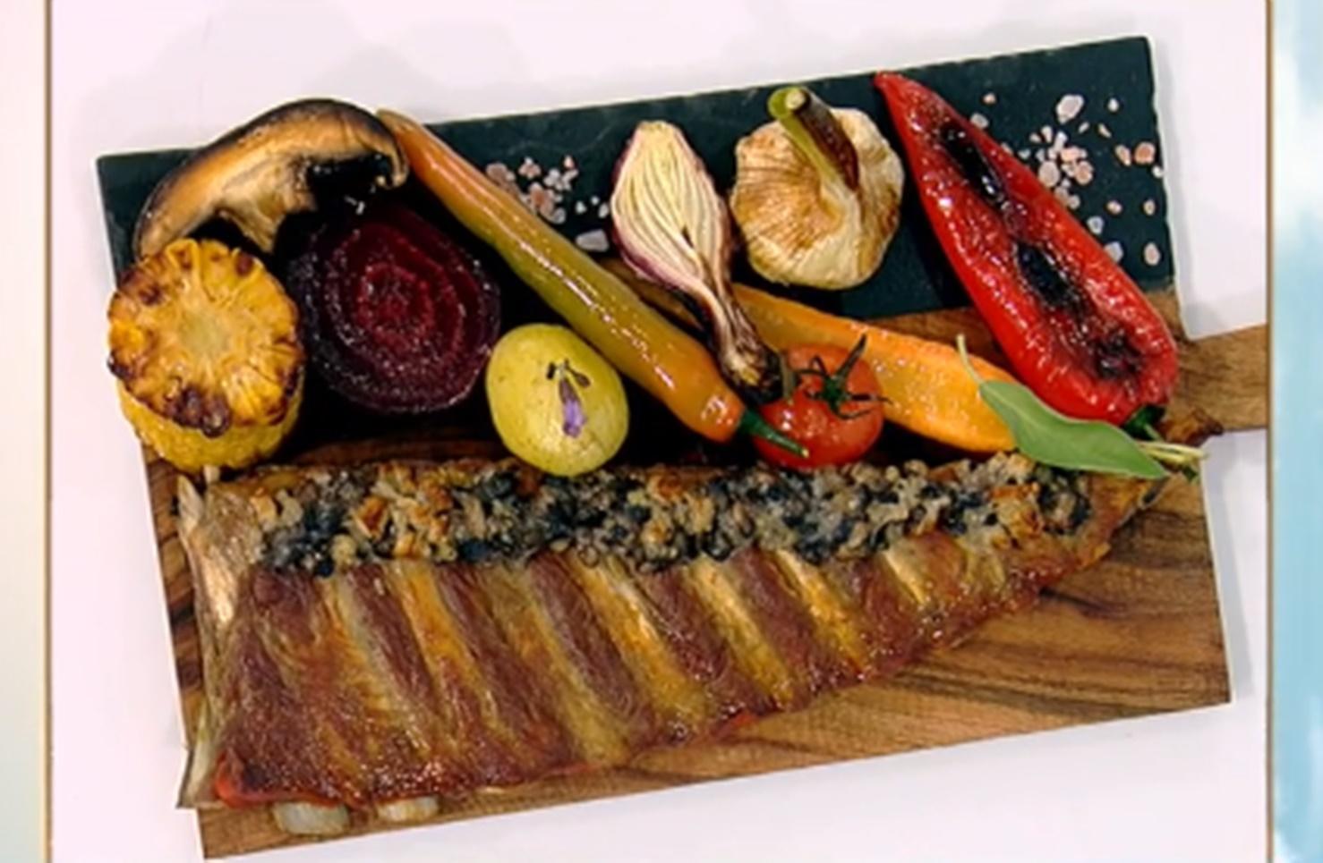 Coaste de porc gratinate cu ciuperci și parmezan, servite cu legume asortate