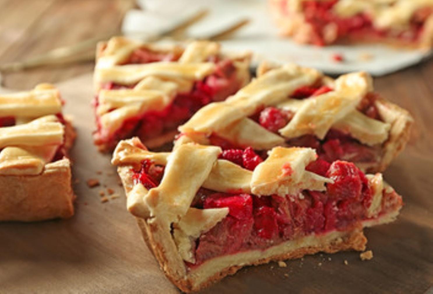 Tartă cu rubarbă și căpșuni. O tartă aromată, cu gust dulce-acrișor
