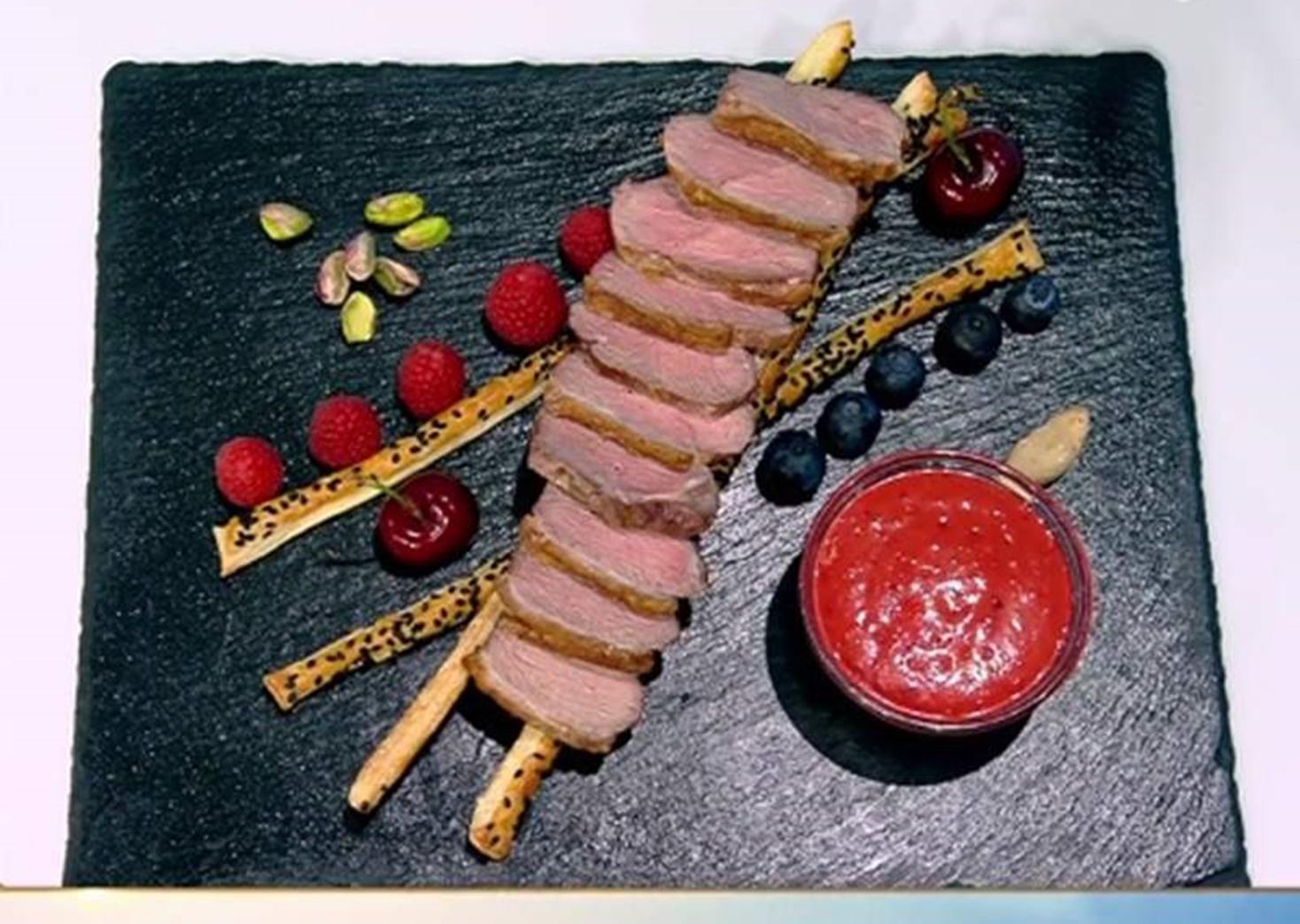 Friptură din piept de rață cu cu sos picant de cireșe  și sticksuri din foietaj cu susan negru
