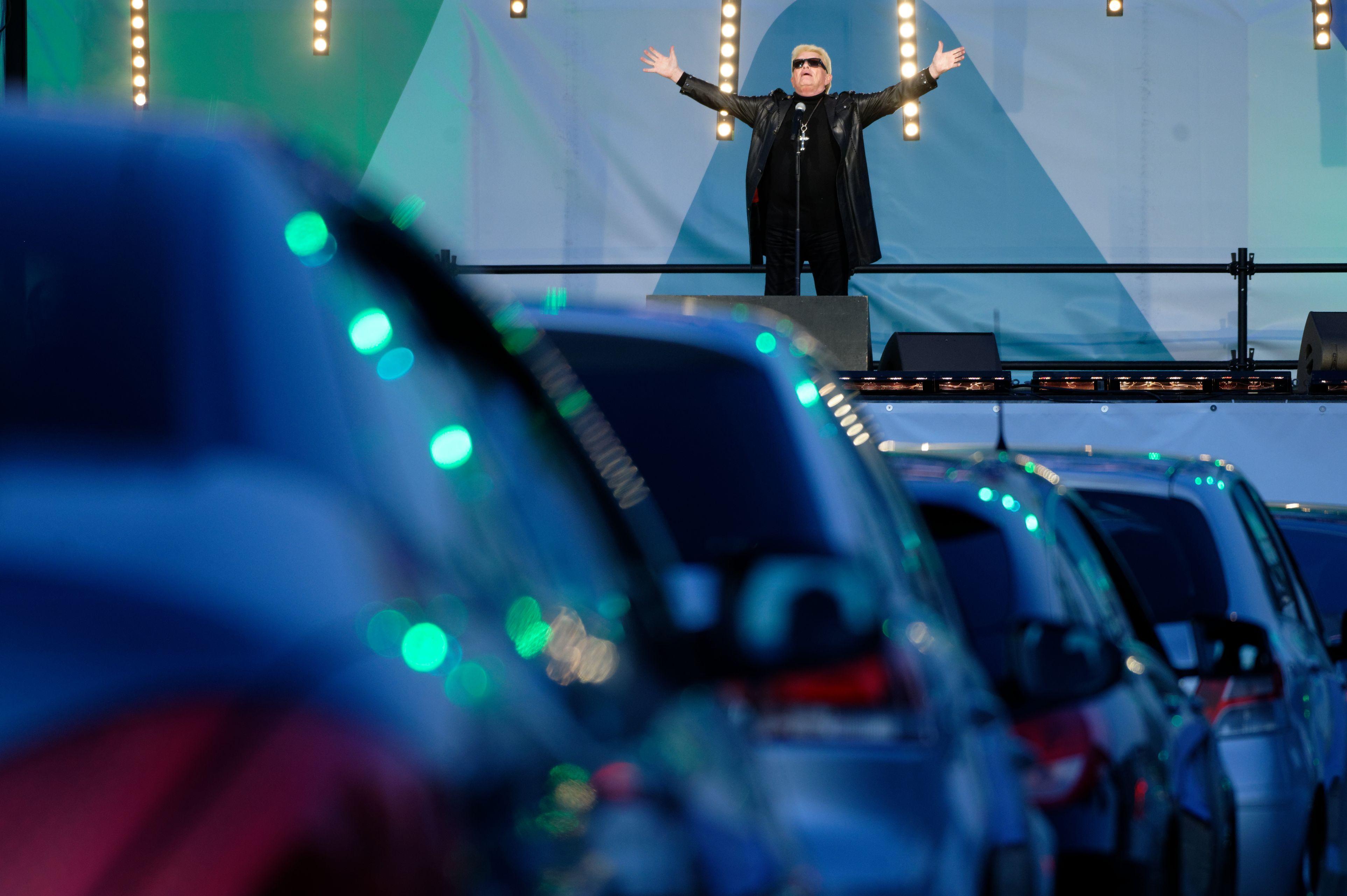 Vedetele nu pot sta departe de scenă! Cel mai mare concert drive-in din România. Când și unde va avea loc?