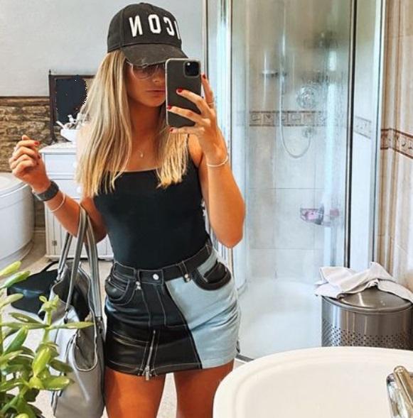 Detaliul rușinos ce s-a văzut în poza unei blonde, pe Instagram! Tânăra a vrut să aibă o poză sexy, dar s-a făcut de râs