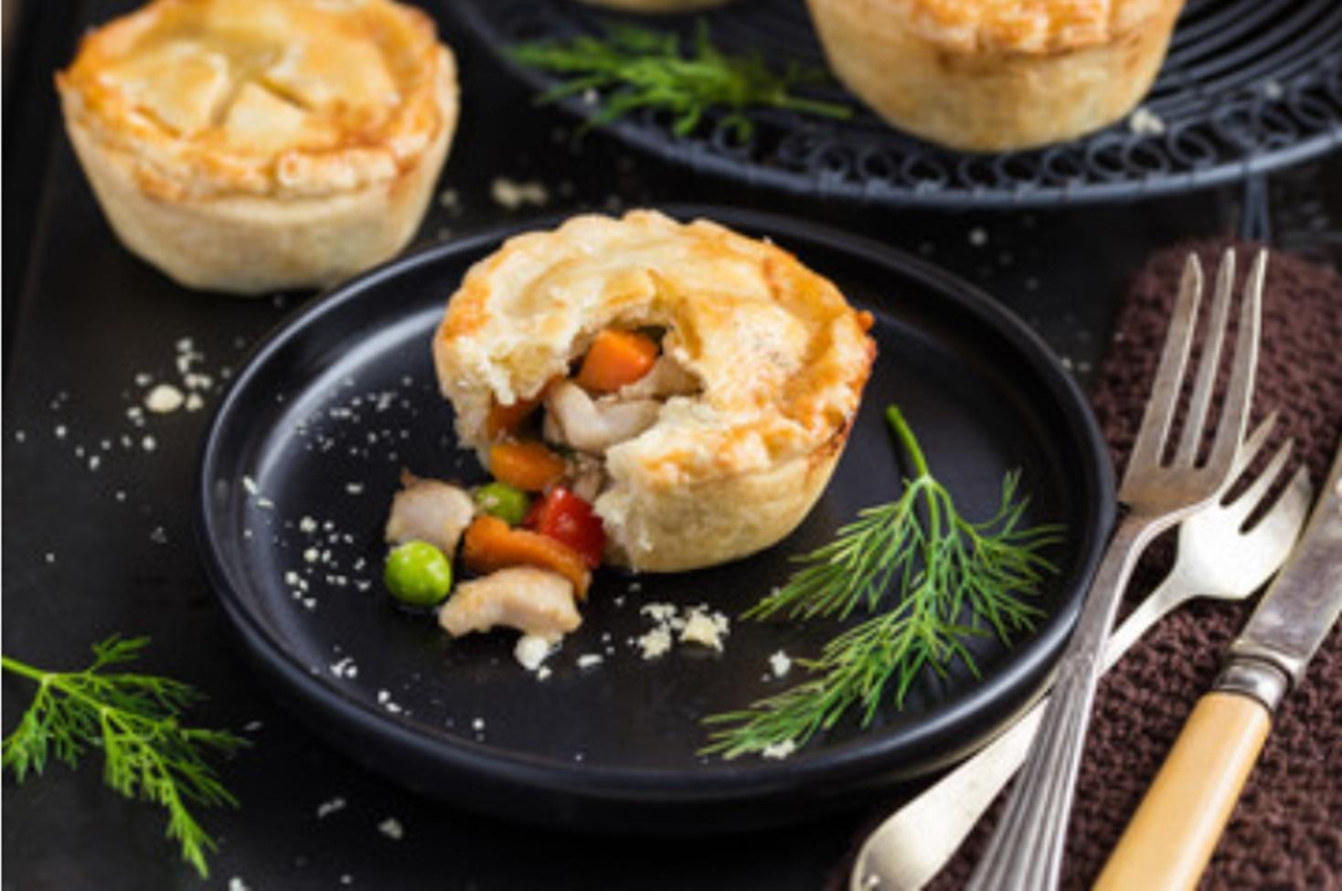 Rețetă de mini tarte cu pui și legume, perfectă pentru gustări sau pachete