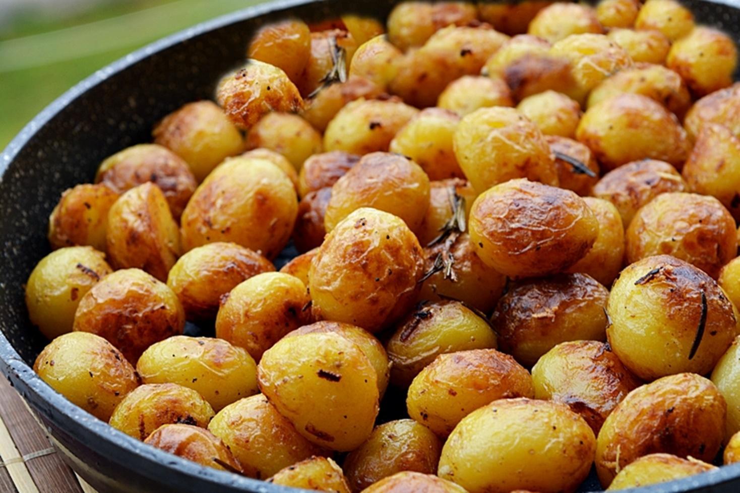 Cum preparăm cartofi noi cu rozmarin și usturoi la tigaia wok