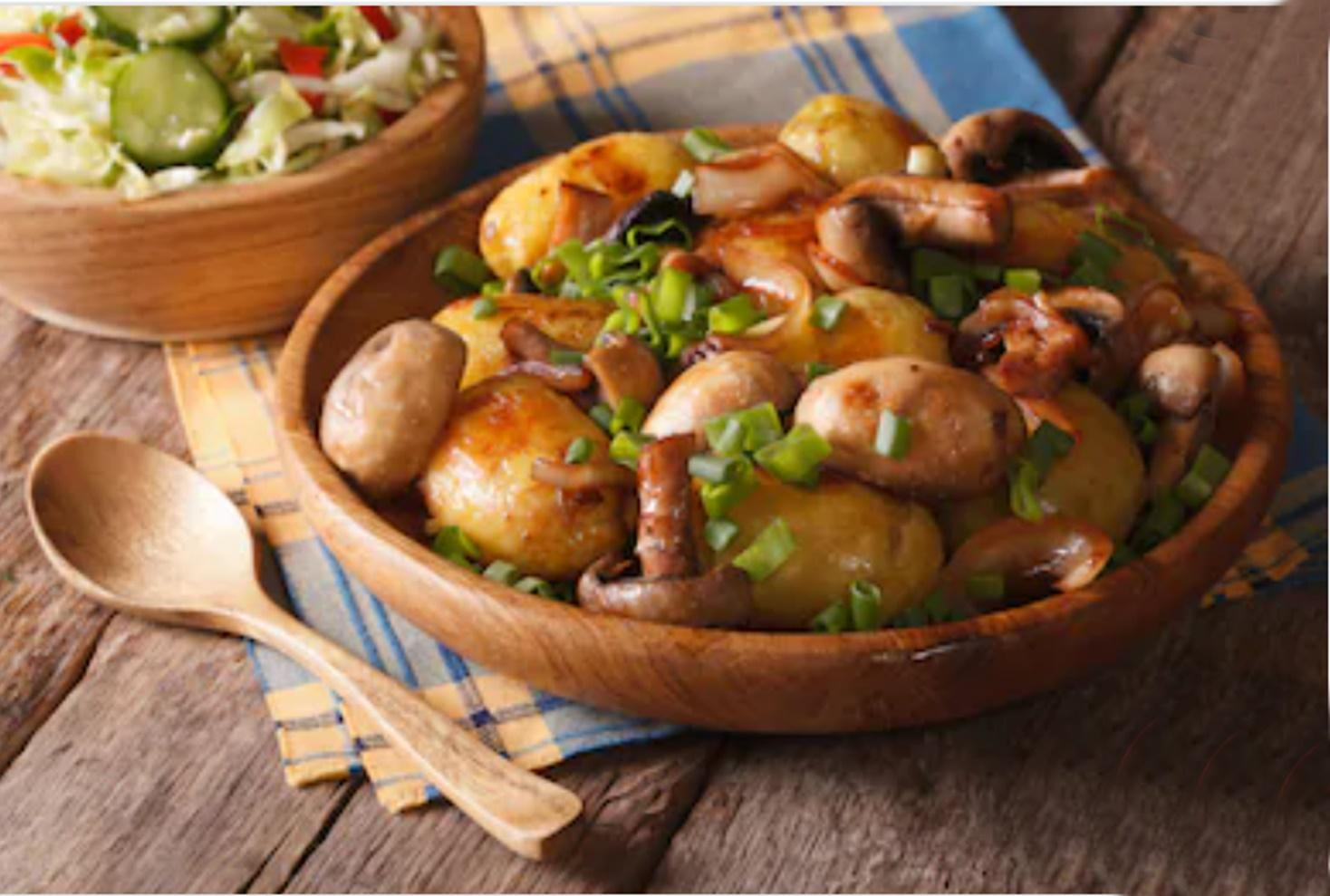 Rețetă simplă de cartofi noi cu ciuperci și ceapă la cuptor