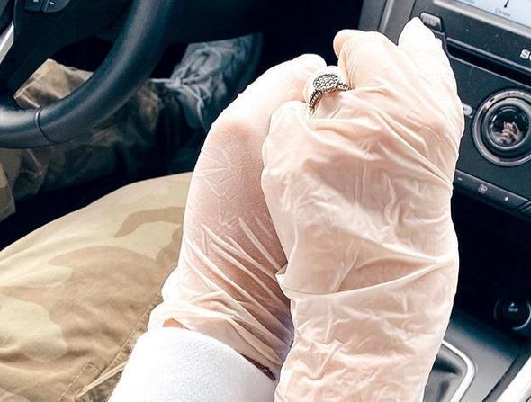Nu se dezlipește de el nici în pandemie! Ștefania poartă inelul peste mănușile de protecție ca să se știe: Speak este doar al ei!