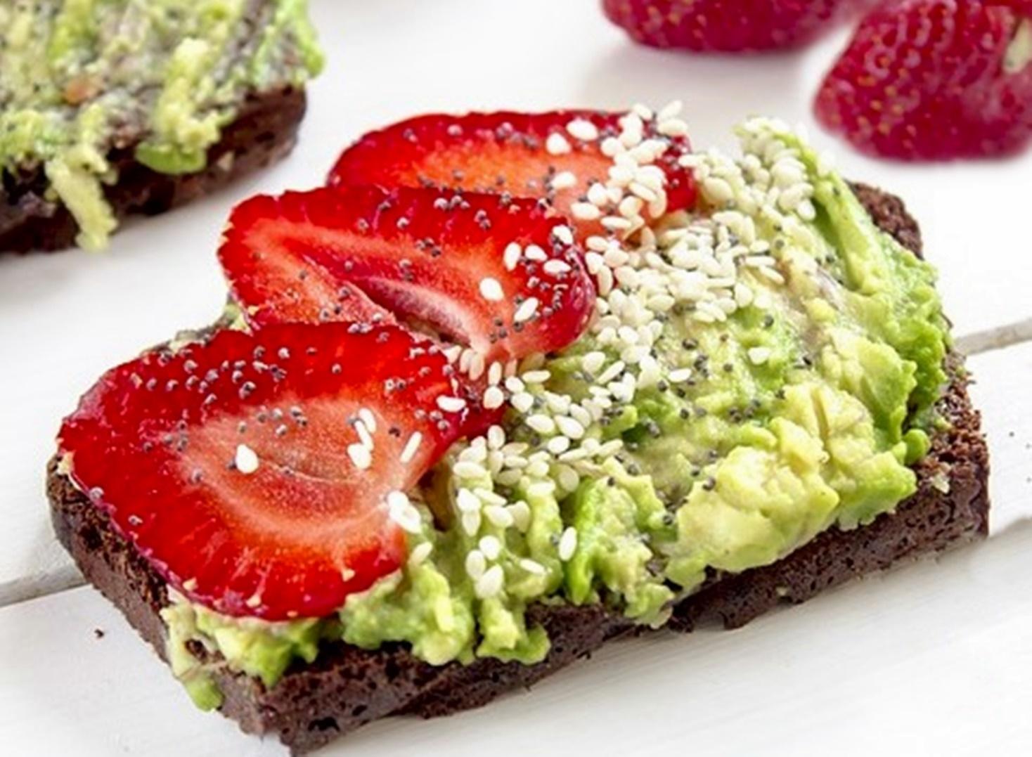 Rețetă de mic dejun: Avocado toast cu brânză și căpșuni