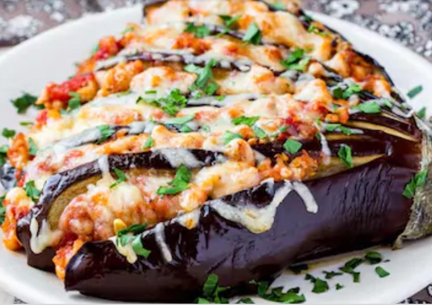 Evantai de vinete cu mozzarella și carne tocată. Un preparat simplu și rapid