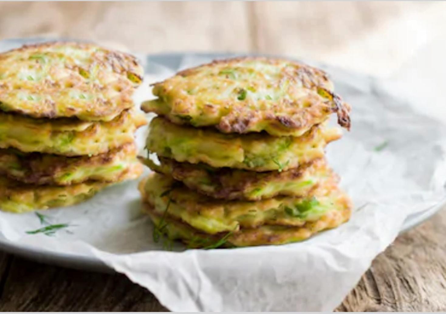 Rețetă simplă de vară: Chiftele de dovlecei cu verdeață, perfecte pentru gustarea de dimineață