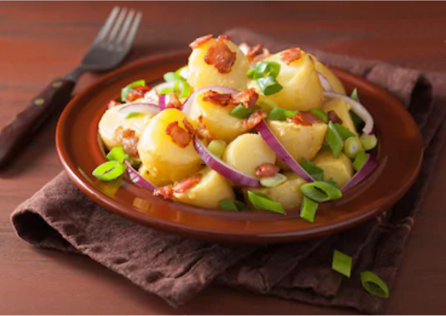 Rețetă de cartofi noi trași în unt cu bacon și usturoi