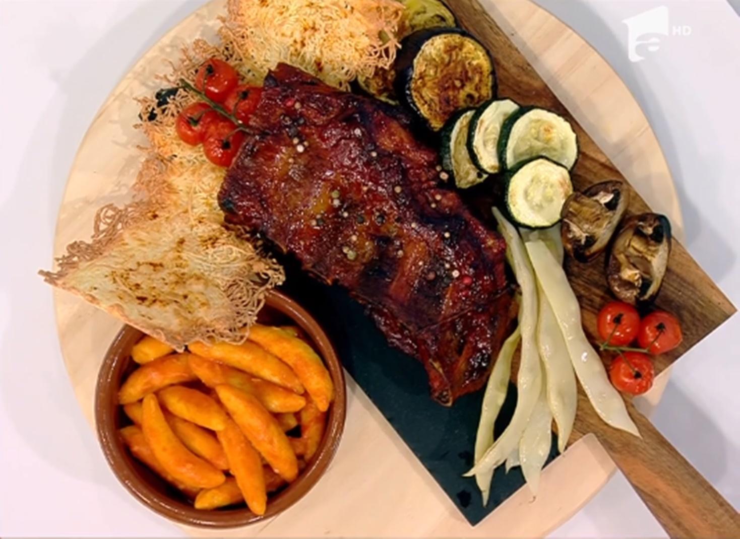 Coaste de porc afumate, cu paste în sos de roșii și legume asortate- Reţeta lui Vlăduţ