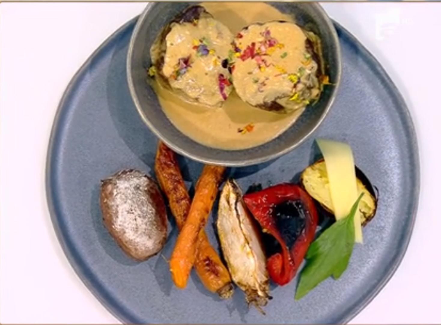 Friptură de vită înăbușită, cu sos de leuștean și garnitură de legume la cuptor